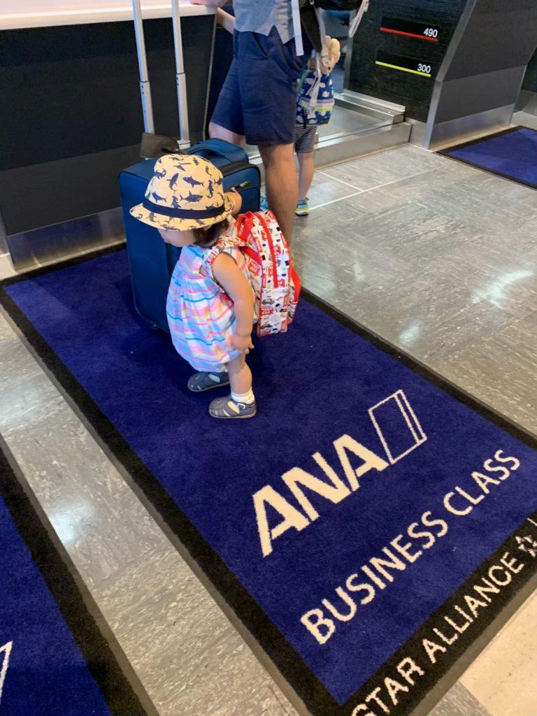 ANAのビジネスクラスのカウンターでチェックイン