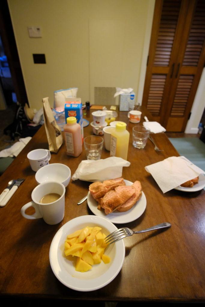 朝食はダウントゥアースのフルーツとヨーグルト