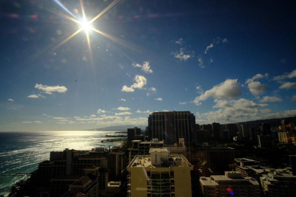 シェラトンワイキキの30階から眺めるハワイの絶景 クラブラウンジに入って左手の窓からはトランプワイキキ、アラモアナビーチパーク側の方面を望めます