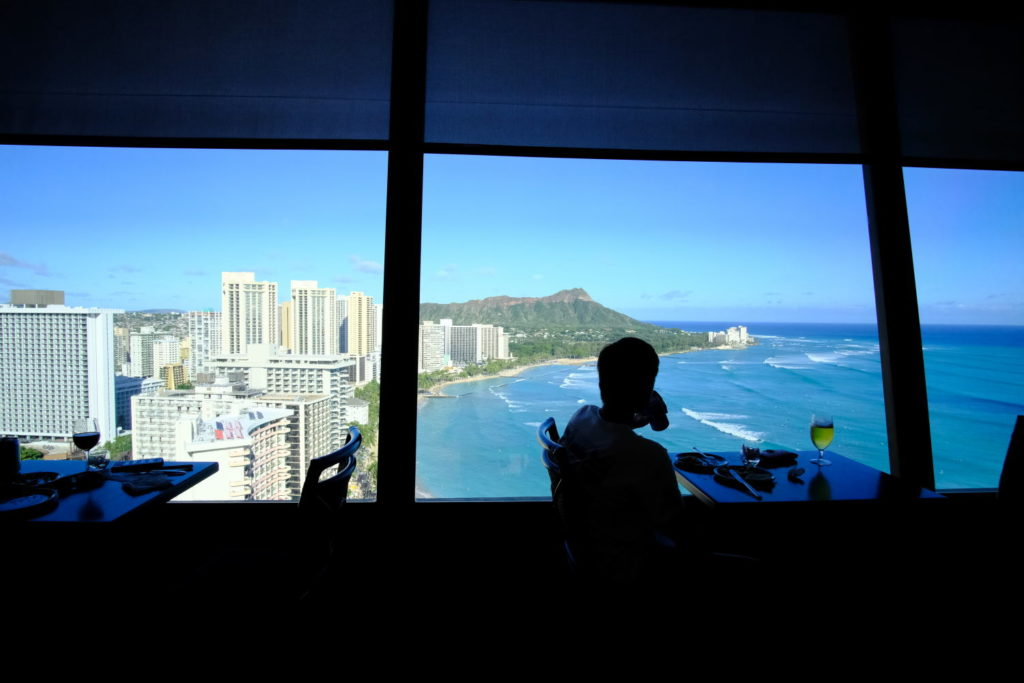 シェラトンワイキキの30階から眺めるハワイの絶景 クラブラウンジに入って右手の窓からはダイヤモンドヘッドが見えます